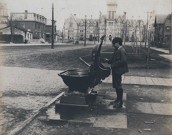 1899-Drinking_fountain_at_College_Street_and_Spadina_Avenue.jpg