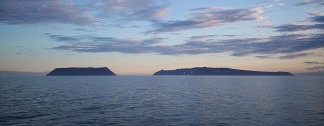 Diomede_Islands_Bering_Sea_Jul_2006.jpg